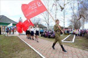 Значимый момент митинга - вынос красного флага