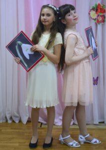 Ведущие конкурса Вика Овечкина (10 лет) и Соня Пенкина (10 лет)