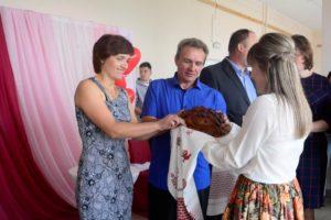 свадебный каравай пробуют Ольга и Сергей Дудоровы